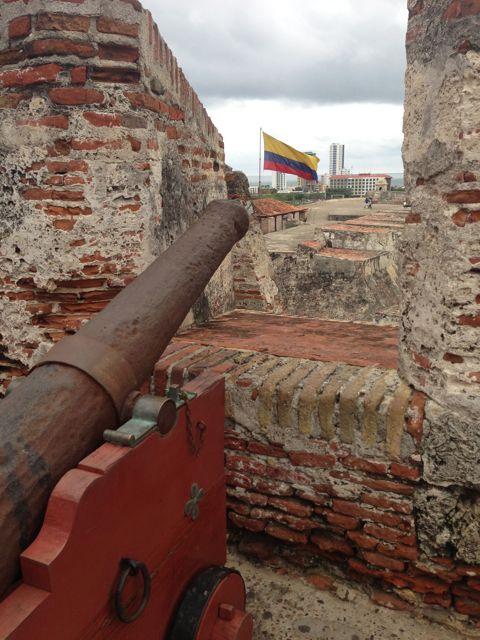 Bandeira da Colombia ao fundo