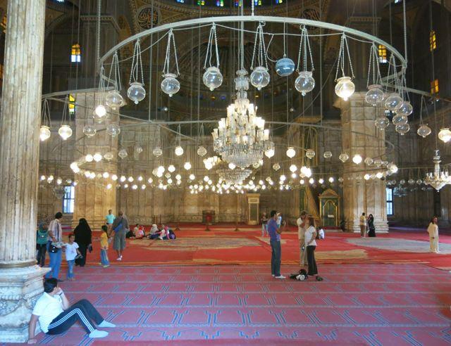 Esse lindo lustre ilumina todo o domo da Mesquita e os tapetes ainda são originais.