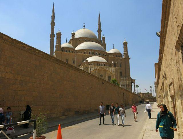 A grande mesquita do Cairo, com 80 metros de altura e revestimento em pedra.