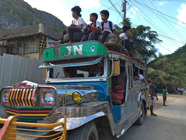 O transporte mais popular é o Jeepney, um jeep característico da influência militar dos EUA durante a primeira guerra.