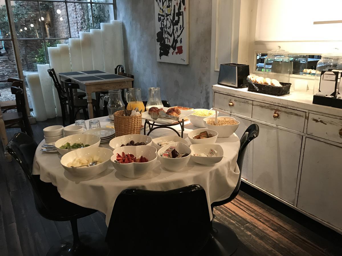 O café da manhã é uma delícia, servido no bistrô que é aberto ao público também. No terraço tem um bar e uma piscina.